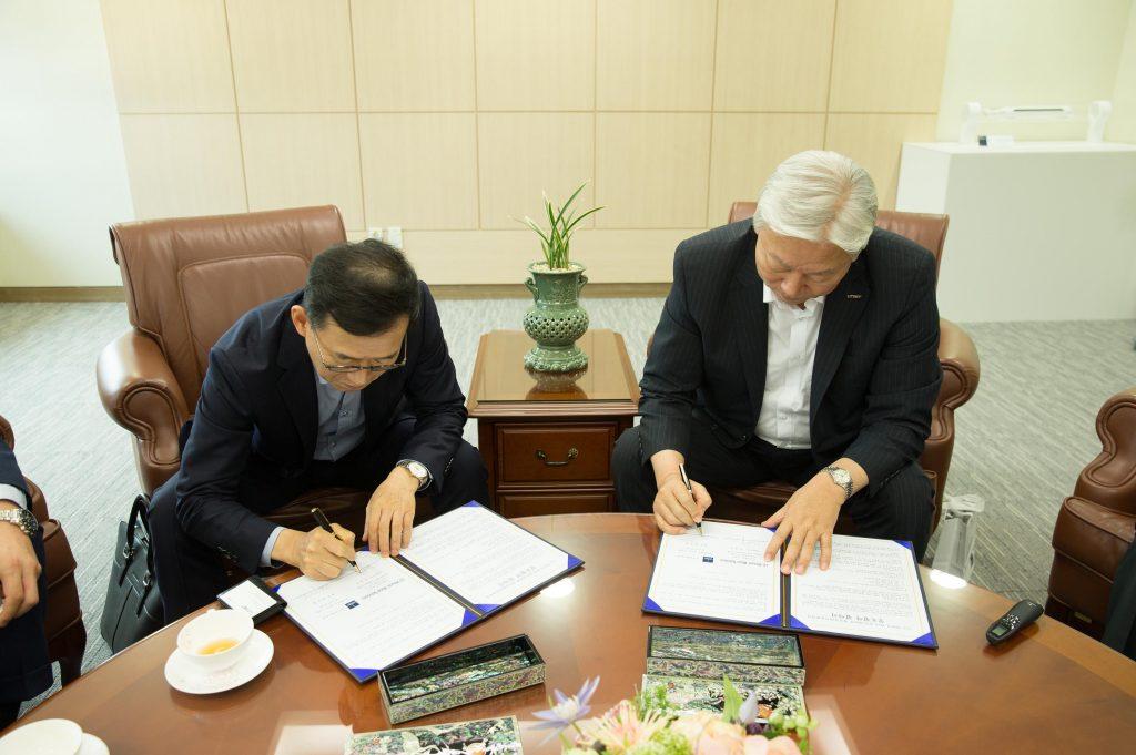 김정수 대표(왼쪽)와 정무영 총장(오른쪽)이 협약서에 서명을 하고 있다. | 사진: 김경채
