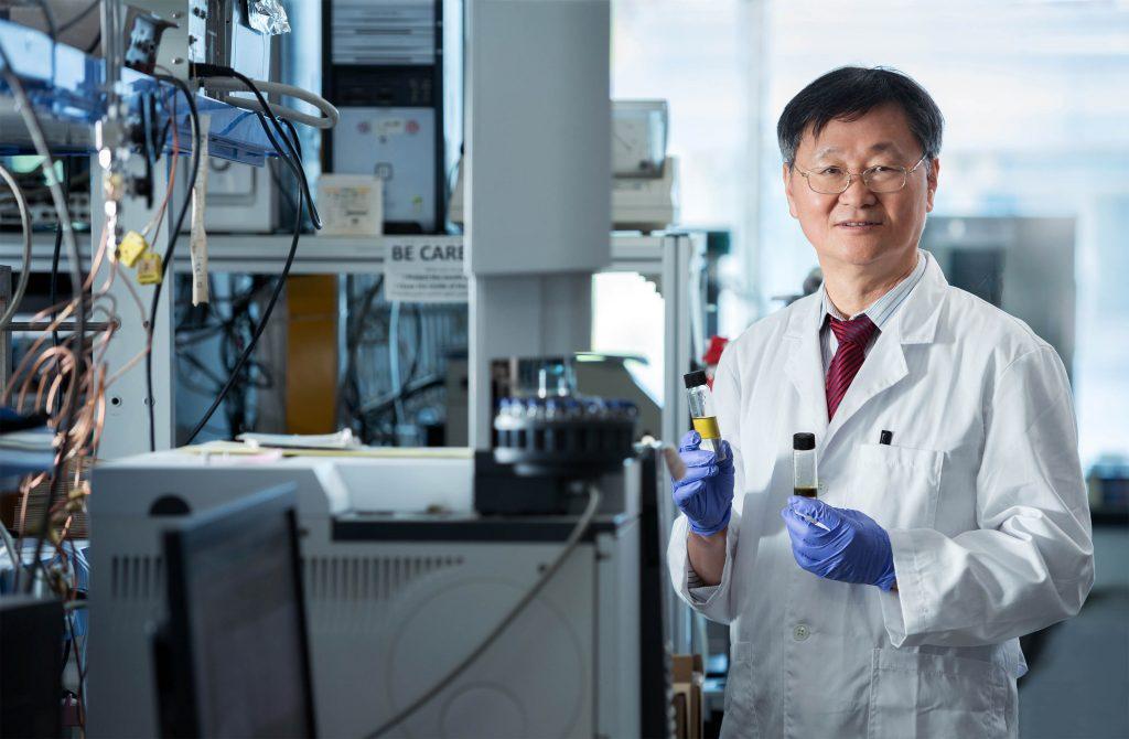 이재성 교수가 104동 8층 실험실에서 이산화탄소와 수소를 반응시켜 만든 디젤을 손에 들고 있다. | 사진: 안홍범