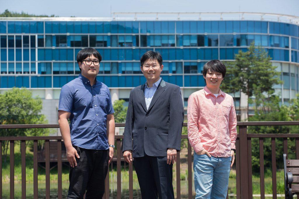 암호학을 전공한 학생들은 기업이나 한국 전자통신연구원, 국가보안기술연구소 같은 국책연구소에서는 암호와 보안 인력을 꾸준히 요구하고 있다. 양자컴퓨터에 대응해 새로운 암호체계를 개발하는 시기이므로, 앞으로 암호학자에 대한 수요가 점차 늘어날 것이다. | 사진: 아자스튜디오 남윤중