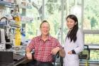 스티브-그래닉-UNIST-특훈교수와-지에-장-연구원의-모습.jpg