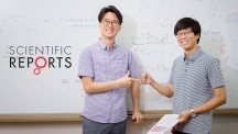 장봉수 자연과학부 교수(왼쪽)와 박준표 박사후연구원(오른쪽)이 가위바위보 게임을 하고 있다. | 사진: 김경채