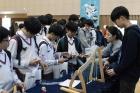 제1회-이공계-진로체험에-참여한-학생들이-물리학과-설명을-듣고-있다.jpg