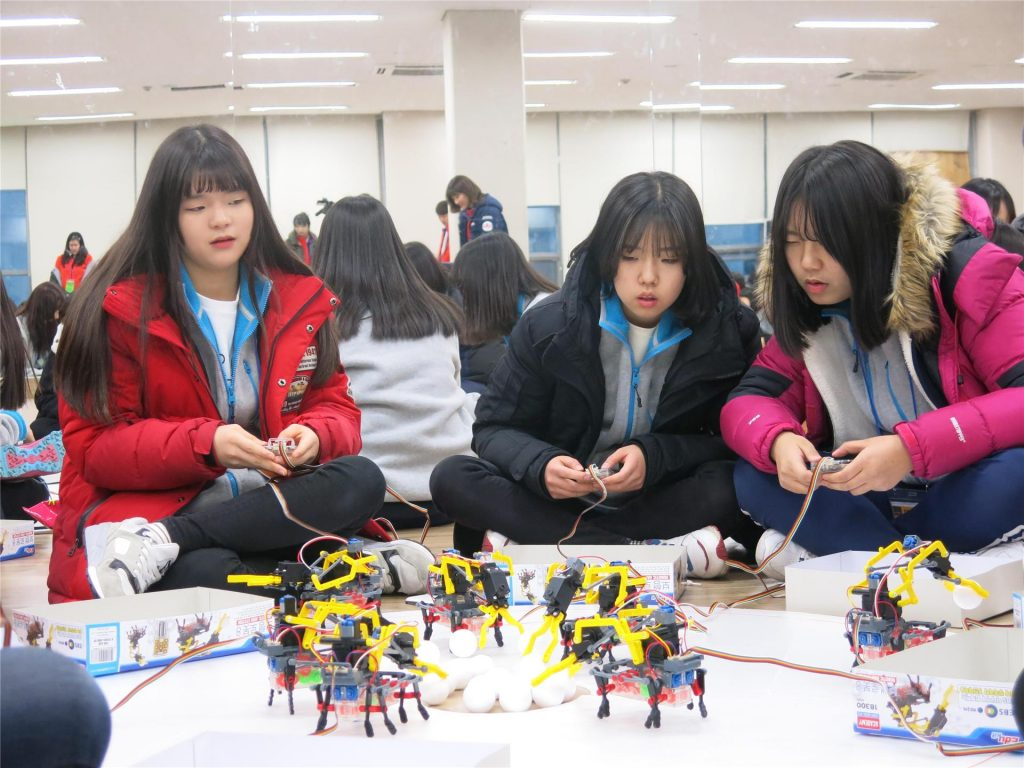 제6기 과학영재 멘토링에서 멘티 학생들이 체험학습에 참여하고 있다