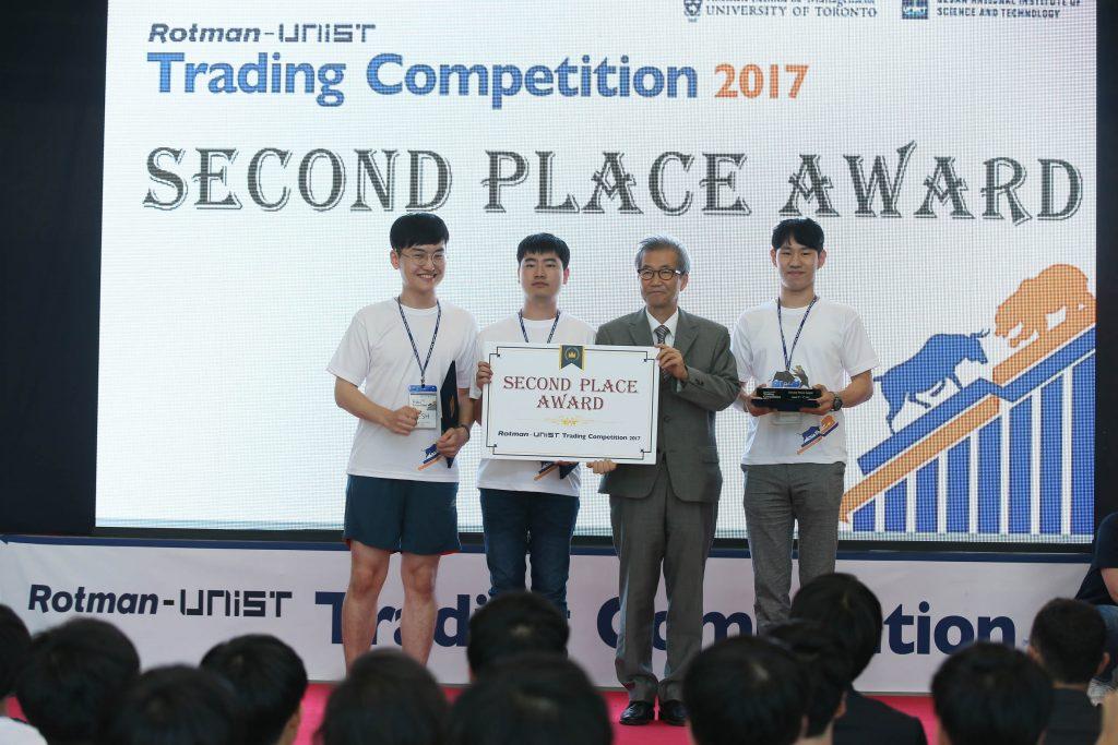 대회에서 2위를 차지한 UNIST 학생팀, Hellsing의 모습. 조영탁, 박상훈, 문현산 학생이 팀원이다. | 사진: 김경채