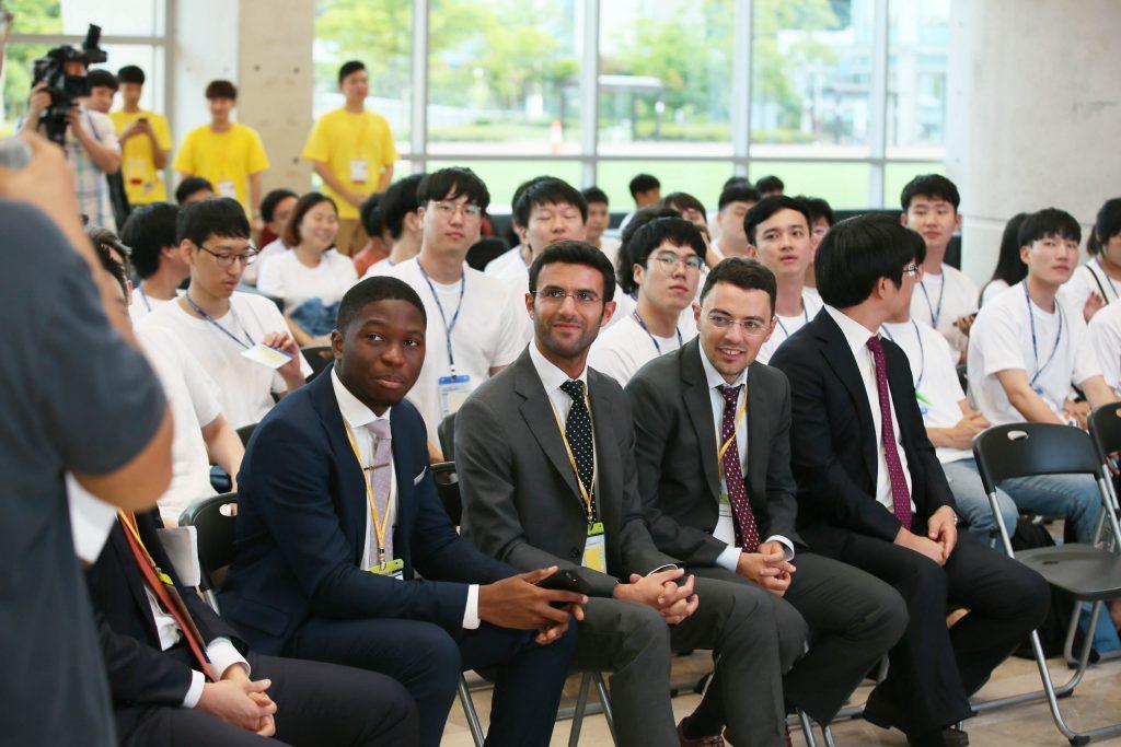 로트만 경영대학원에서 참관한 사람들의 모습. 이들은 자신들이 개발한 프로그램으로 학생들이 실제 트레이딩하듯 겨룰 수 있도록 지원했다. | 사진: 김경채