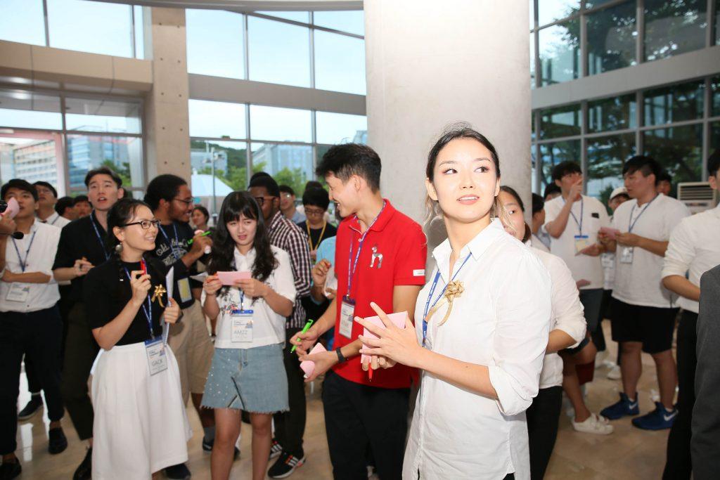 대회 첫째 날 진행된 '아웃크라이'에서 참가자들이 주식 가격을 종이에 쓰고 거래할 준비를 하고 있다. | 사진: 김경채