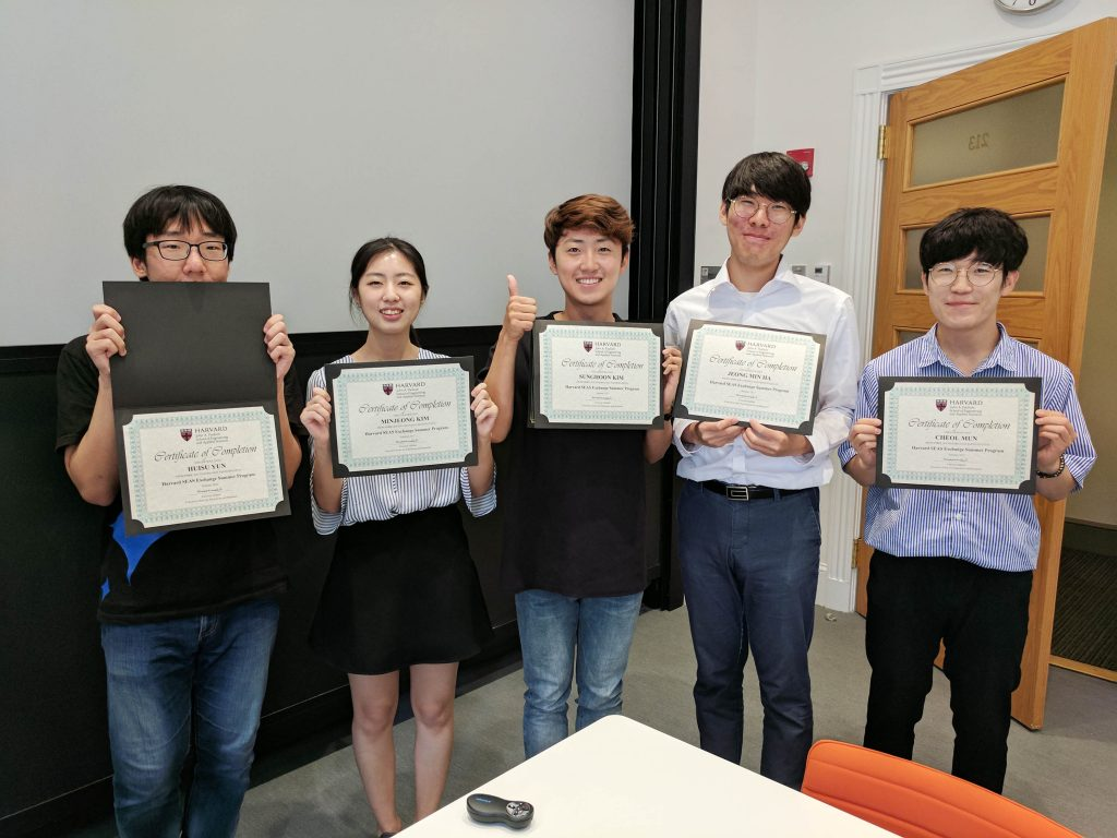 첫 번째 'UNIST-하버드공대 하계 프로그램'에 참가한 UNIST 학생 5명의 모습. 왼쪽부터 윤희수, 김민정, 김성훈, 하정민, 문철 학생이다.