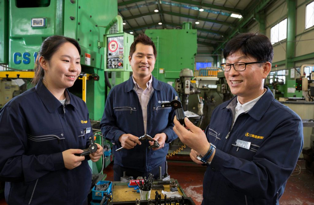 김영배 전무(오른쪽)가 직원들과 함께 부품을 살펴보고 있다. | 사진: 안홍범