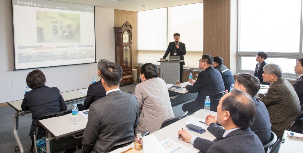 김영기 UCRF 팀장이 기업회원들을 대상으로 장비 지원에 대해 설명하고 있다. | 사진: 김경채