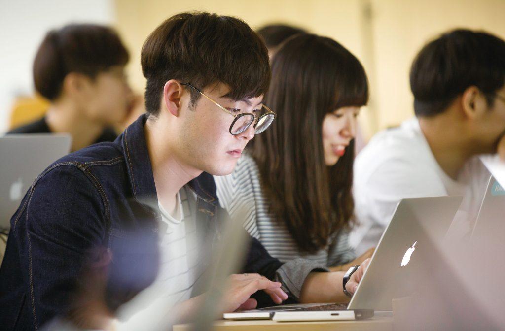 동료들에게 컴퓨터 프로그래밍을 배우고 있는 피어리더쉽 웹프로그래밍반의 모습. | 사진: 안홍범