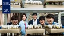 임정훈 교수(왼쪽 세 번째)와 연구팀이 초파리가 자라고 있는 시험관을 배경으로 삼아 사진을 촬영했다. | 사진: 아자스튜디오 현진