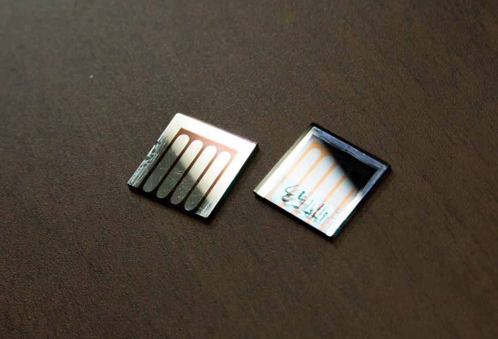 김진영 교수팀이 개발한 페로브스카이트 태양전지의 모습. 금이 아닌 알루미늄 전극을 사용하기 때문에 회색 빛이 돈다. | 사진: 김경채