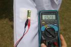 연구사진-옷에-부착시킨-다음-태양빛을-받아-전류를-생산-중인-웨어러블-태양광-열전-발전기.png
