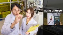 최경진 교수(좌)와 정연수 연구원(우)이 '웨어러블 태양광-열전 발전기'를 살펴보고 있다. 왼쪽은 옷에 붙여 전기를 생산하는 장면. | 사진: 김경채, 정연수