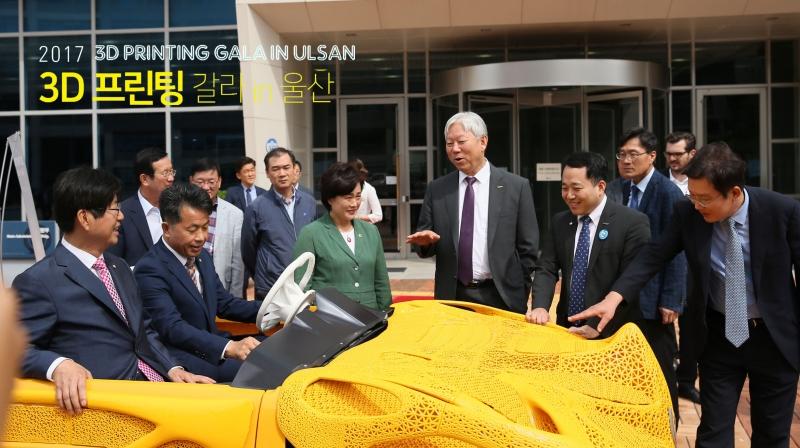 3D 프린팅으로 만든 전기자동차에 강길부 국회의원이 시승했다. 이 자동차를 개발한 주인공은 김남훈 교수(오른쪽 두 번째)다.   사진: 김경채