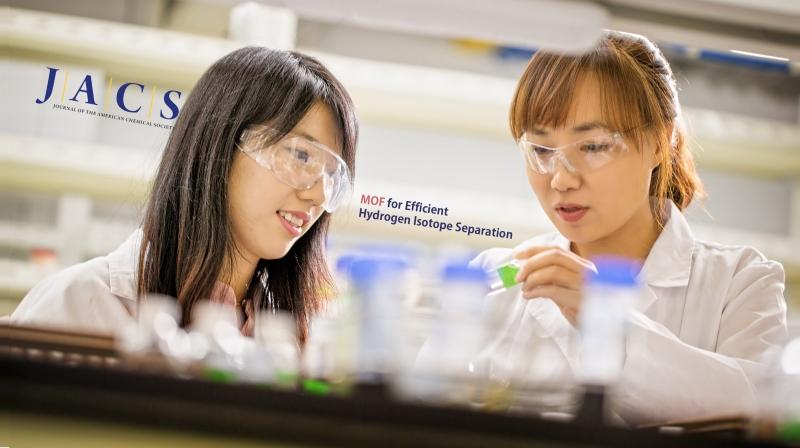 문회리 교수(오른쪽)과 김진영 연구원(왼쪽)이 금속-유기물 골격체를 이용해 중수소를 효율적으로 분리하는 방법에 대해 의논하고 있다. | 사진: 김경채
