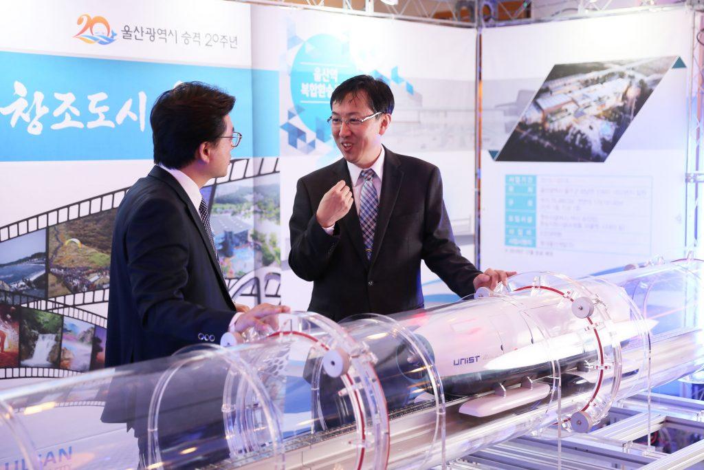 이재선 기계항공 및 원자력공학부 교수(오른쪽)가 U-loop 요소 기술에 대해 설명하고 있다.   사진: 김경채