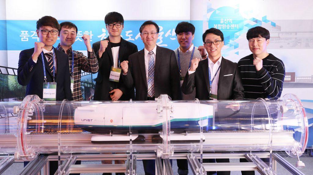 10월 26일 울산롯데호텔에서 열린 '제7차 대중교통 국제정책포럼'에서 한국형 하이퍼루프의 모형이 처음 공개됐다. 이재선 교수(가운데)와 학생들이 모형 앞에서 기념 사진을 촬영했다. | 사진: 김경채