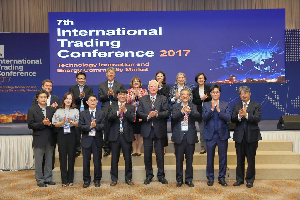 제7회 국제 트레이딩 컨퍼런스를 준비한 UNIST 융합경영대학원 교수진과 연사들이 단체 사진을 촬영했다. | 사진: 김경채
