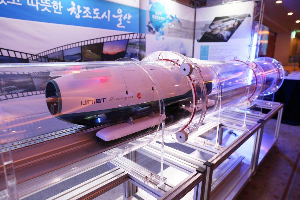 UNIST 연구진이 개발한 U-loop 모형이다. 진공튜브와 자기부상, 리니어모터가 구현돼 움직인다.   사진: 김경채