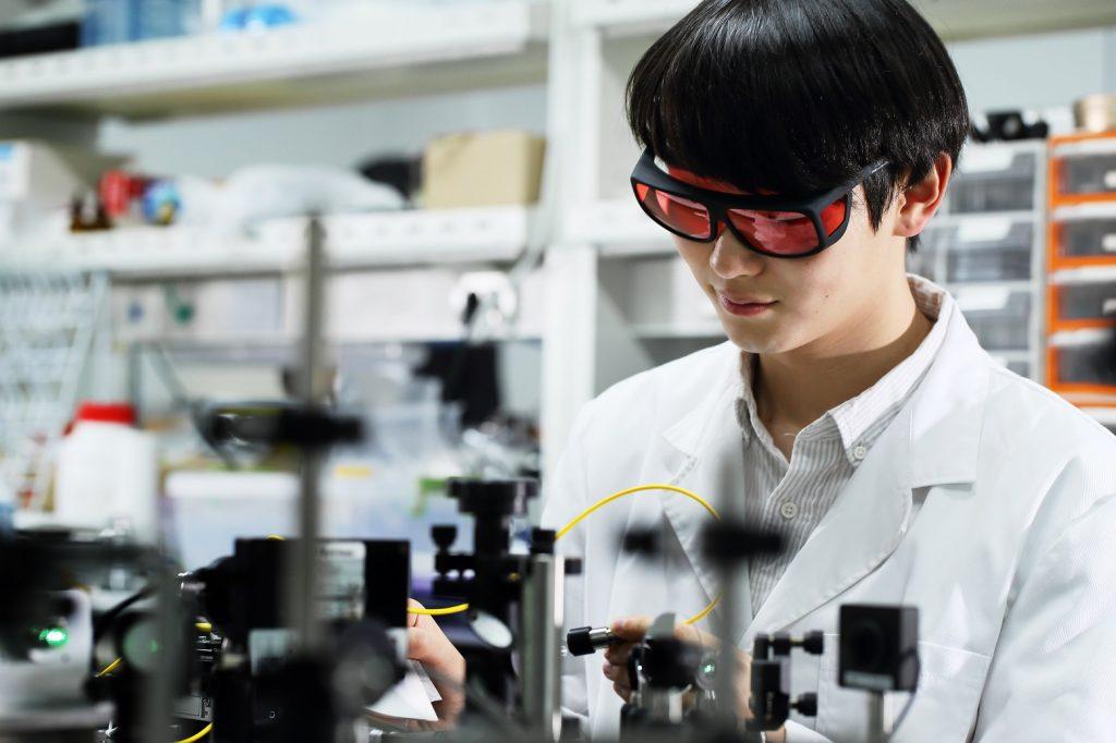 광음향 효과 발생을 위한 레이저를 시험중인 학생 | 사진: 김경채