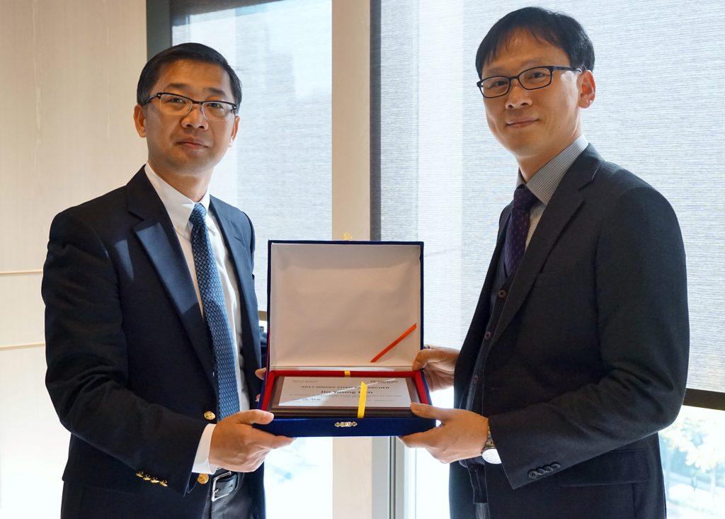 김진영 교수(오른쪽)가 15일 서울 광화문 포시즌스호텔에서 열린 '2017년 세계 상위 1% 한국 연구자' 초청행사에서 수상패를 받았다. | 사진: 클래리베이트 애널리틱스