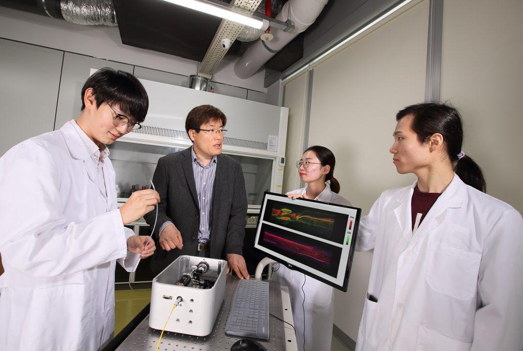 양준모 교수(왼쪽 두번째)와 학생들의 모습 | 사진: 김경채