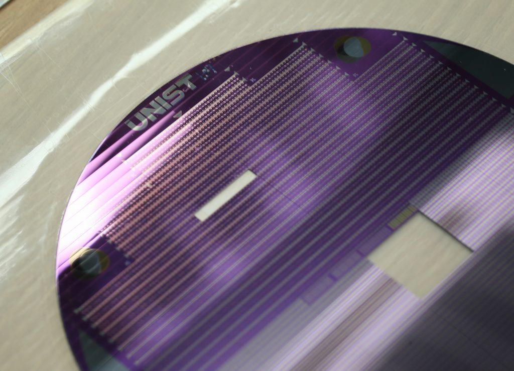 UNIST 연구진에서 집적한 삼진(Ternary) CMOS | 사진: 김경채