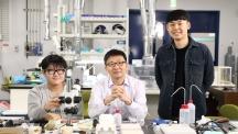 금상을 수상한 이준한(왼쪽), 박현재(오른쪽) 학생. 팀원 모두는 오윤석 교수(가운데) 연구실 소속이다.| 사진: 김경채