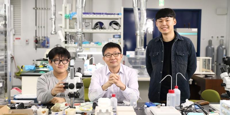 금상을 수상한 이준한(왼쪽), 박현재(오른쪽) 학생. 팀원 모두는 오윤석 교수(가운데) 연구실 소속이다.  사진: 김경채