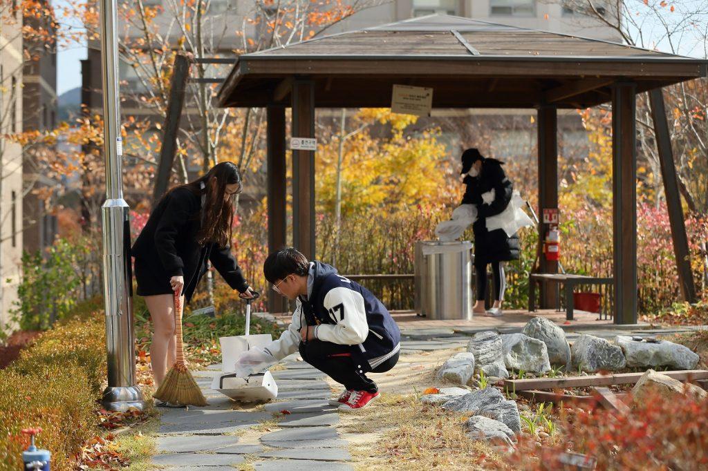 학생들은 RA 활동의 일환으로 생활관 일일 관리자가 됐다. | 사진: 김경채