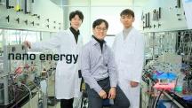 하이브리드 고체산화물 수전해전지를 개발한 UNIST 연구진의 모습. 왼쪽부터김준영 연구원, 김건태 교, 권오훈 연구원이다. | 사진: 김경채