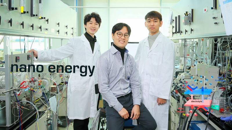 하이브리드 고체산화물 수전해전지를 개발한 UNIST 연구진의 모습. 왼쪽부터김준영 연구원, 김건태 교, 권오훈 연구원이다.   사진: 김경채