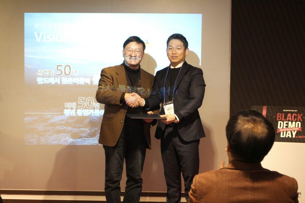 김정범 UNIST 교수(오른쪽)가 12월 14일 울산창조경제혁신센터에서 열린 '블랙데모데이'에서 중소벤처기업부 장관상을 받았다. | 사진: 울산창조경제혁신센터 제공