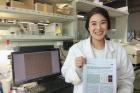 연구진물속에서-더-강력해지는-접착제를-개발한-박현하-UNIST-기계공학과-박사과정-연구원의-모습.jpg