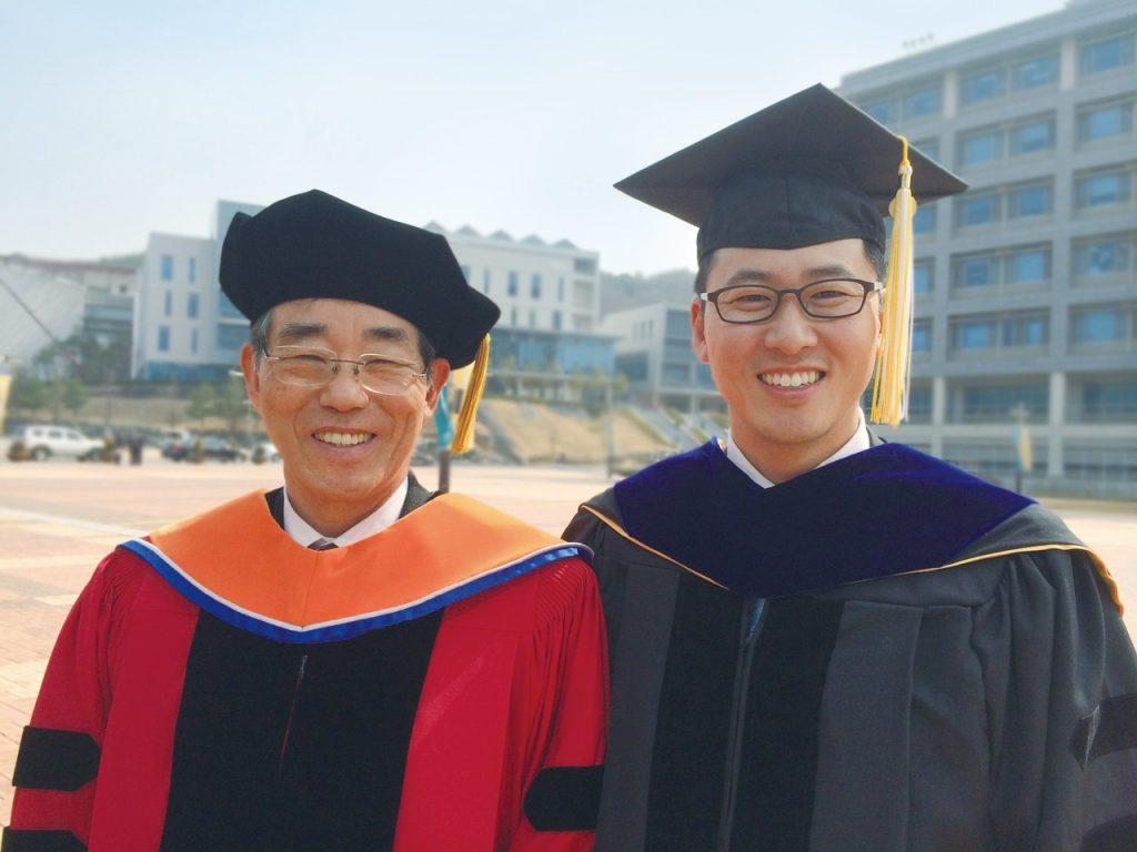 왼쪽부터 故변증남 교수와 그의 아들 변영재 교수