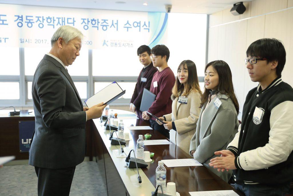 10명의 장학생들에게 장학증서가 수여됐다.   사진: 김경채