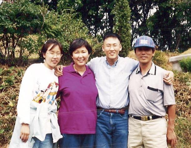 변영재 교수가 대학생이던 1990년대 초반, 가족들과 함께 찍은 사진. 오른쪽 끝이 변증남 교수, 그 옆이 변영재 교수다. | 사진: 변영재 교수
