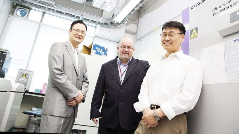 UNIST 연구진들은 지난 15년부터 슈퍼 박테리아 치료제를 개발하고 있다. 왼쪽부터 남덕우, 로버트 미첼, 김철민 교수. | 사진: 김경채