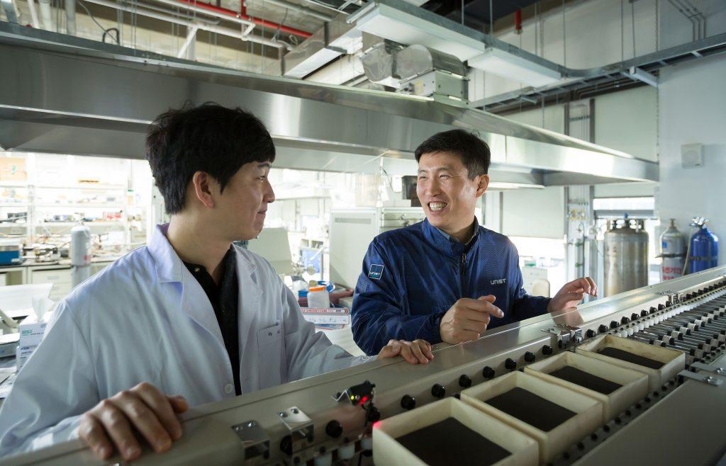 조재필 교수(오른쪽)가 마지영 연구원(왼쪽)과 배터리 재료에 대해 이야기를 나누고 있다. 두 사람 앞에는 배터리 재료를 준양산 수준으로까지 제작할 수 있는 장비가 놓여 있다. | 사진: 안홍범