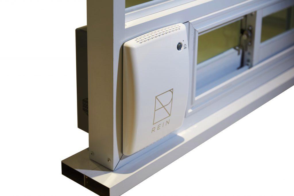 '뷰'는 창틀에 끼워 사용하는 공기청정기다. 환기와 공기정화를 동시에 수행하는 이 제품을 통해 마음 놓고 환기를 할 수 있다. | 사진: 김경채