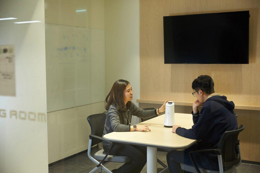 요즘 레인은 제품 2차 디자인에 열중하고 있다. '제피'의 디자인 논의를 진행 중인 팀원들. | 사진: 김경채