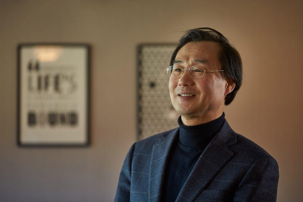 60세를 훌쩍 넘긴 나이에도 활발한 문학 평론 활동을 벌이고 있는 김욱동 교수. | 사진: 김경채