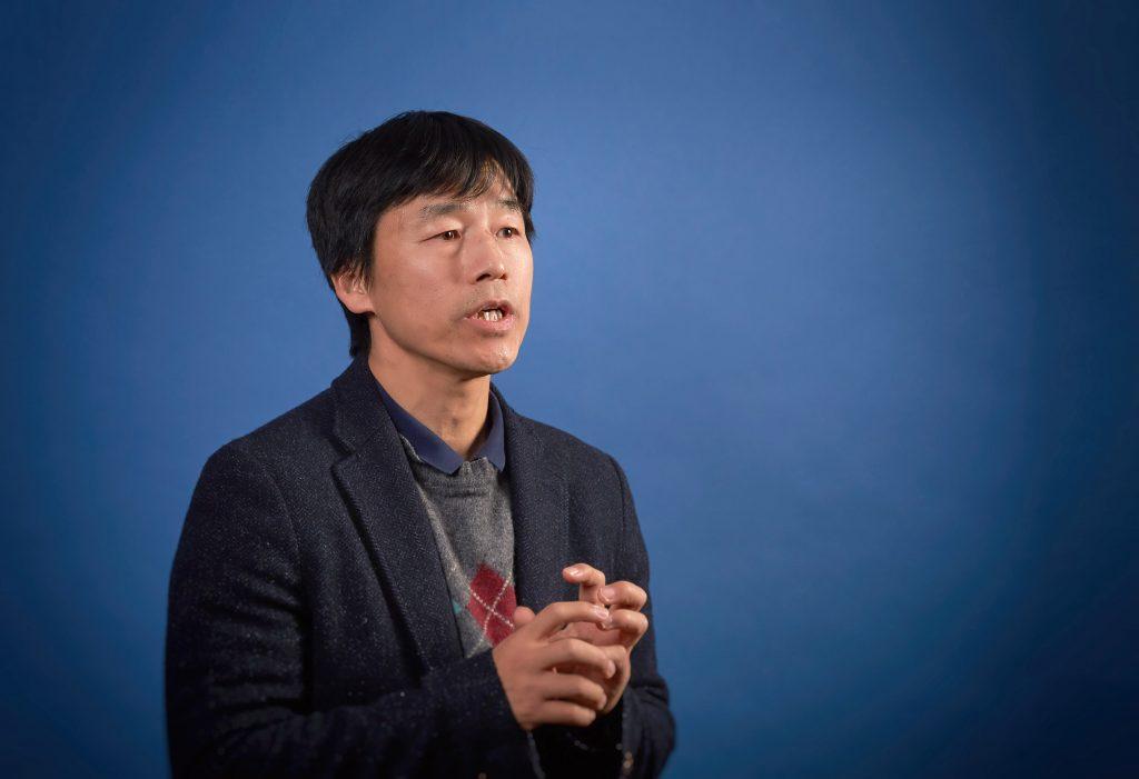 박노정 교수가 비자성 물질에 자성을 주는 방법을 설명하고 있다. | 사진: 김경채