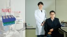 그래핀 전극 기반 유기 태양전지를 개발한 UNIST 에너지 및 화학공학부의 박혜성 교수(오른쪽)와 정승온 연구원(왼쪽). | 사진: 김경채
