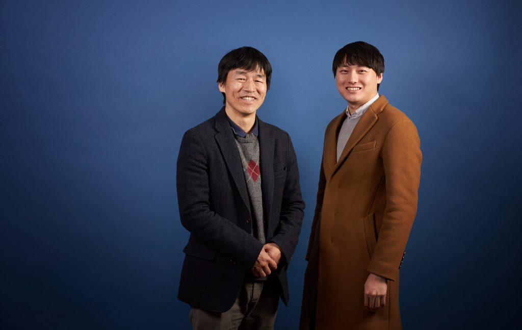 신동빈 박사(오른쪽)는 박노정 교수(왼쪽) 연구실에서 물질 내부의 전자 움직임 등을 관찰하는 연구를 수행해왔다. | 사진: 김경채