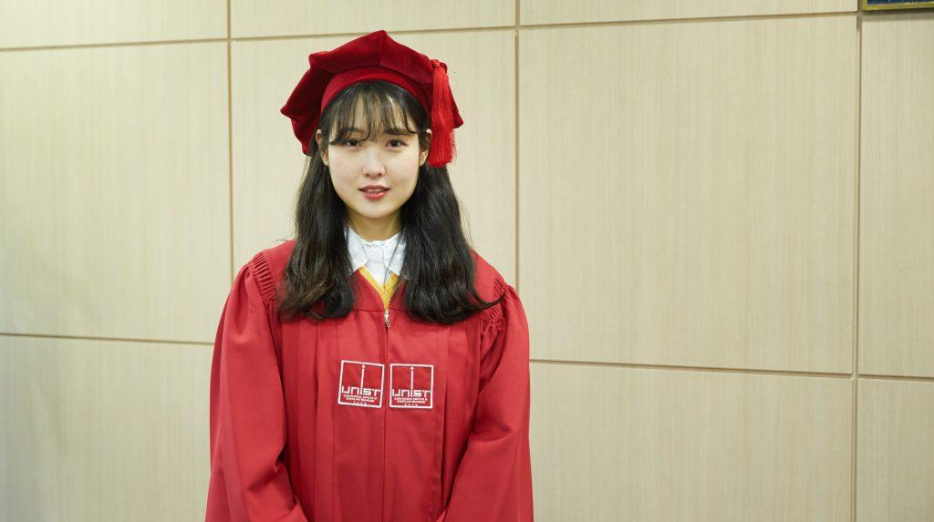 2018 UNIST 학위수여식에서 과학기술정보통신부 장관상을 받은 탁혜영 학생의 모습. | 사진: 김경채