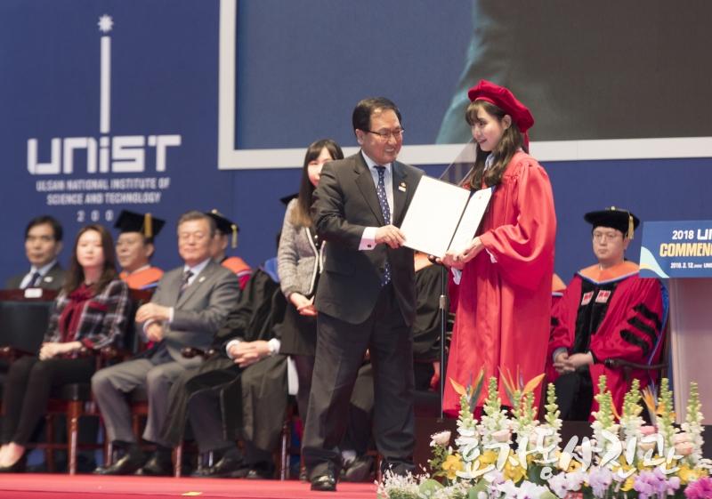 탁혜영 학생(오른쪽)이 유영민 과학기술정보통신부 장관(왼쪽)에게서 장관상을 받고 있다. | 사진: 효자동 사진관