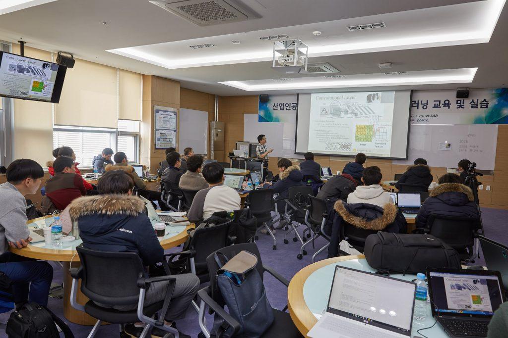둘째날 강의에 연사로 초청된 문일철 KAIST 교수가 딥러인과 파이선에 대해 설명하고 있다. | 사진: 김경채