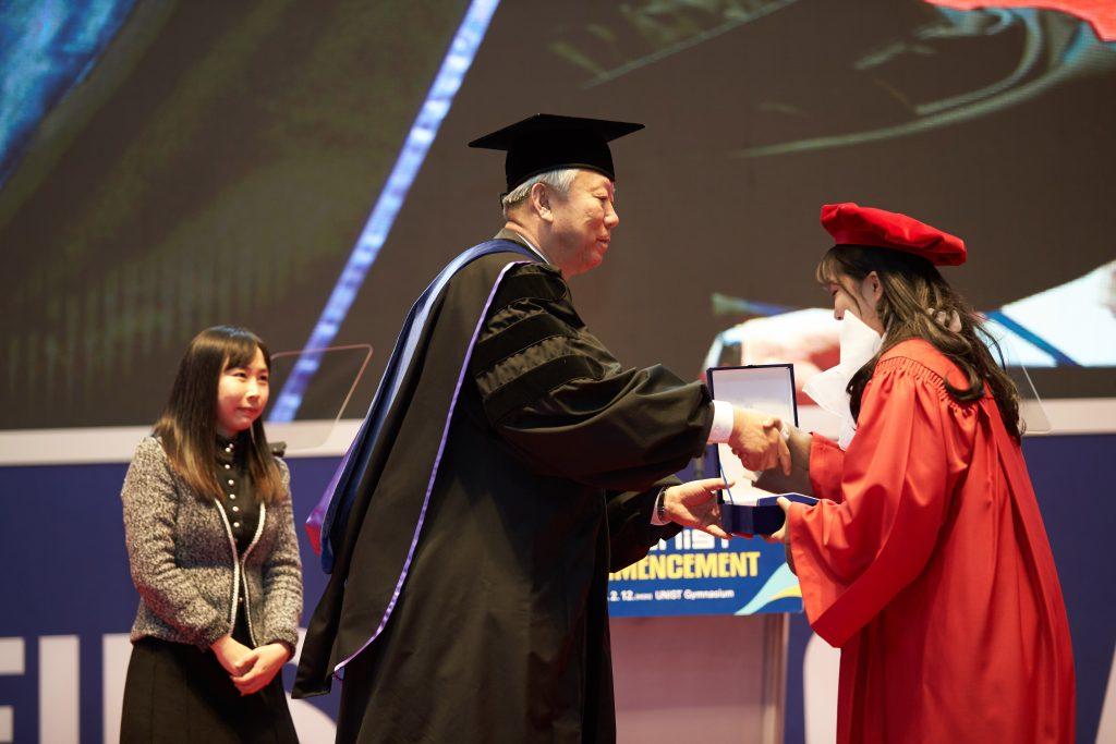 정무영 총장이 우수 졸업생에게 시상하고 있다. | 사진: 김경채